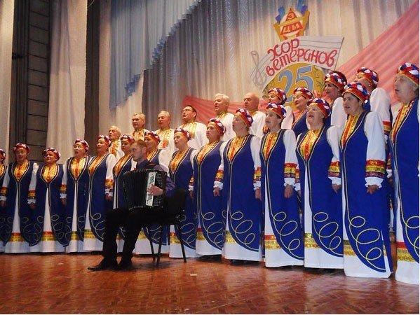 Шапокляк и Чебурашка поздравили артемовский  хор ветеранов, фото-2