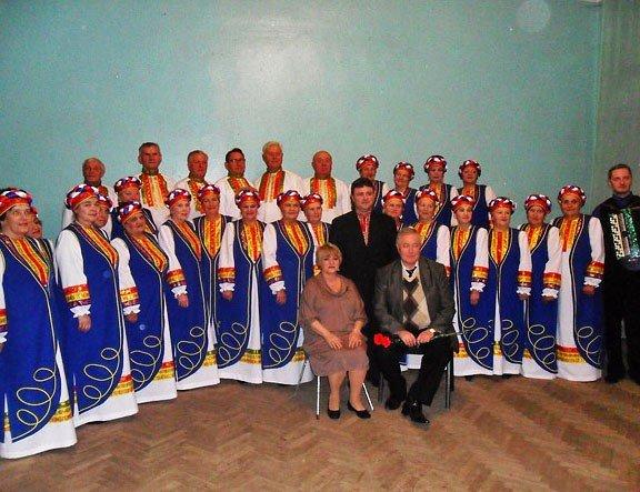 Шапокляк и Чебурашка поздравили артемовский  хор ветеранов, фото-1