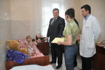 Глава облсовета Голенко подарил девочке, спасшей бабушку, плюшевого медведя (ФОТО), фото-1