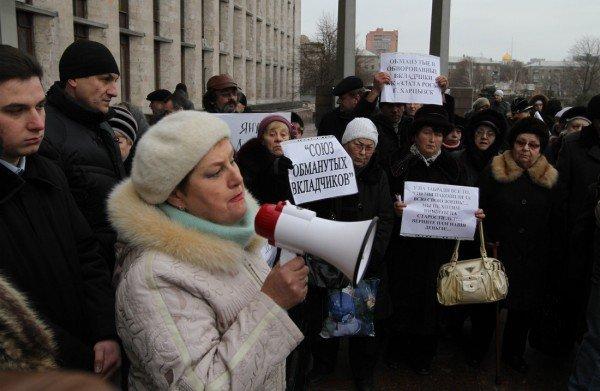 Дончане с вилами и лопатами пытались ворваться в здание Донецкой облгосадминистрации (фото), фото-1