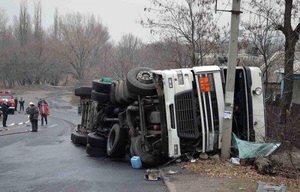 В Макеевке фура с огнеопасной жидкостью врезалась в грузовик и перевернулась (фото), фото-4