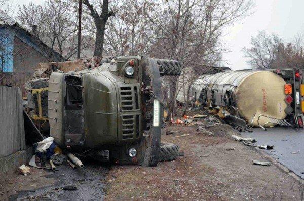 В Макеевке фура с огнеопасной жидкостью врезалась в грузовик и перевернулась (фото), фото-3