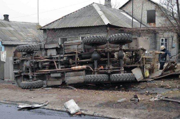 В Макеевке фура с огнеопасной жидкостью врезалась в грузовик и перевернулась (фото), фото-2