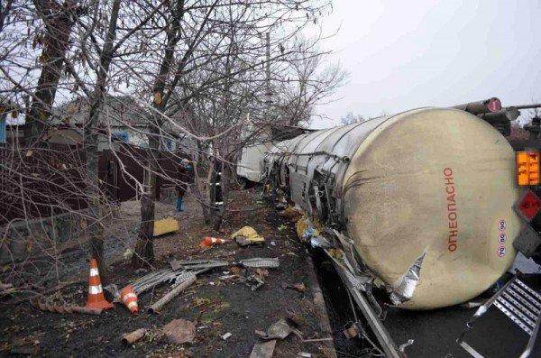 В Макеевке фура с огнеопасной жидкостью врезалась в грузовик и перевернулась (фото), фото-1