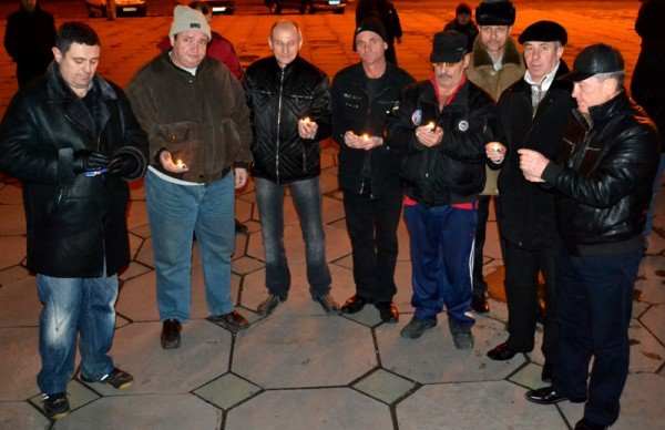 ФОТОРЕПОРТАЖ:Запорожцы свечами выложили слово «убийцы» под обладминистрацией, фото-2