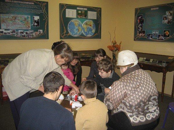 Горловские инвалиды провели день в музее миниатюрной книги, фото-2