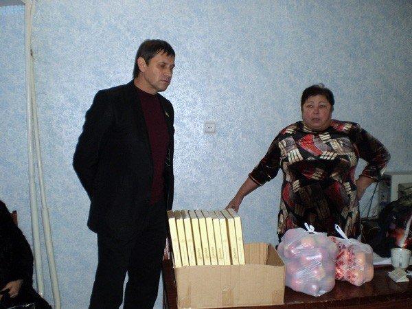 Представители облсовета подарили горловским инвалидам домашний кинотеатр, фото-1