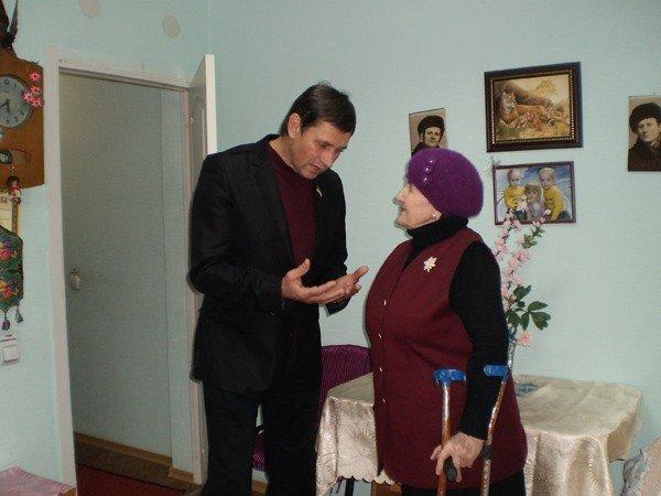 Представители облсовета подарили горловским инвалидам домашний кинотеатр, фото-6
