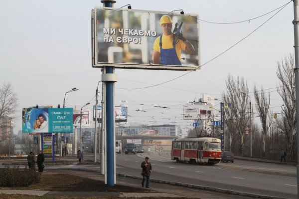 На улицах Донецка приветливый мужик с «болгаркой»  ждет гостей «Евро-2012» (фото), фото-1