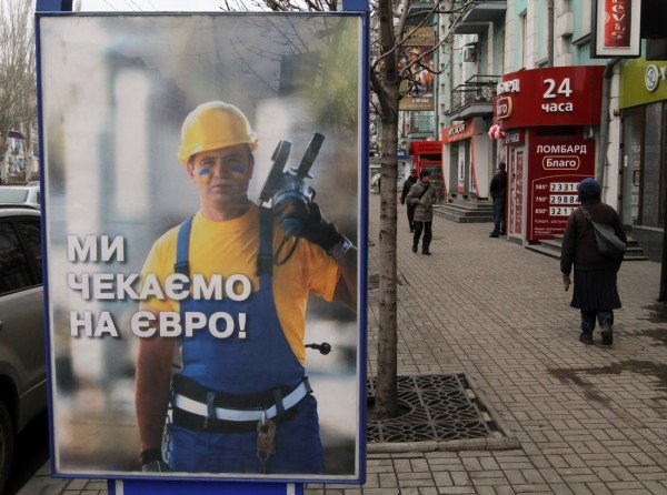 На улицах Донецка приветливый мужик с «болгаркой»  ждет гостей «Евро-2012» (фото), фото-2
