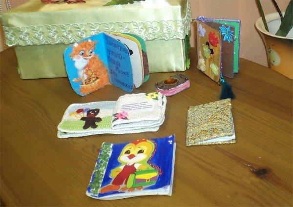 Воспитанники детского сада связали для горловского музея миниатюрной книги новые экспонаты, фото-1