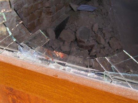 В Тернополі поблизу ялинки так святкували Новий рік, що розбили двері до офісного центру, фото-1