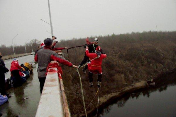 В Запорожье с моста прыгали Дед Морозы (ФОТО), фото-2