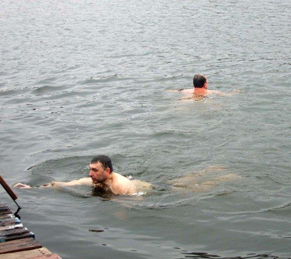 Донецкие «моржи» вынуждены купаться в «теплой» январской воде (фото), фото-1