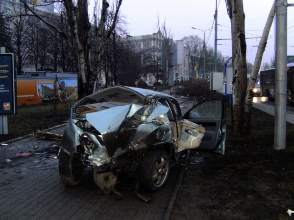 Оставшихся в живых пассажиров «Шевроле» пришлось «выковыривать» после жуткого ДТП в центре Донецка (фото), фото-2