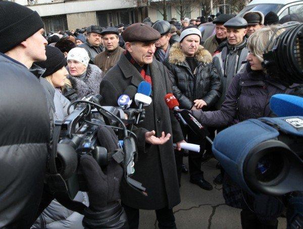 Донецкие чернобыльцы вновь требуют к себе Азарова, который «украл» их пенсии (фото), фото-1