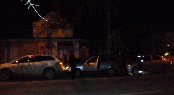 Дама за рулем «Тойоты» собрала в центре Симферополя «паровозик» (фото), фото-1