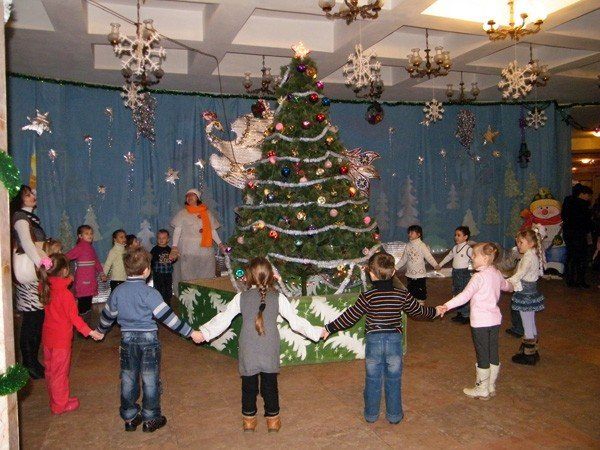 Развлекательная программа «Дед Мороз шагает по планете» собрала полный концертный  зал ДДЮТ  маленьких зрителей, фото-1