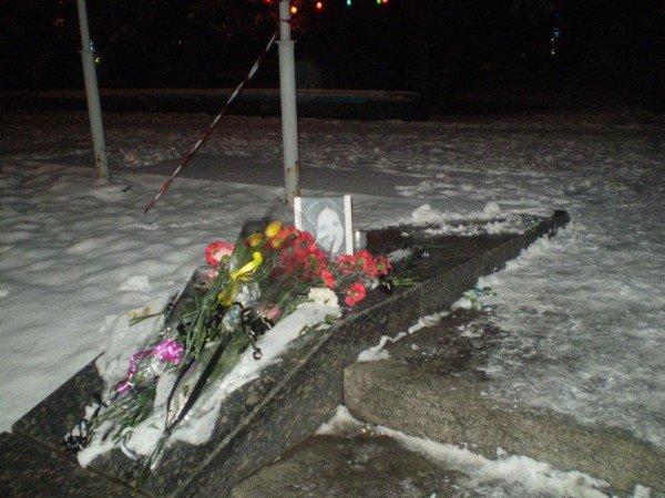 Луганчане несут цветы к фотографии погибшей Светланы (ФОТО), фото-1