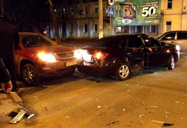 В тройном ДТП в центре Донецка едва не погибла переходившая перекресток женщина с ребенком (фото), фото-1