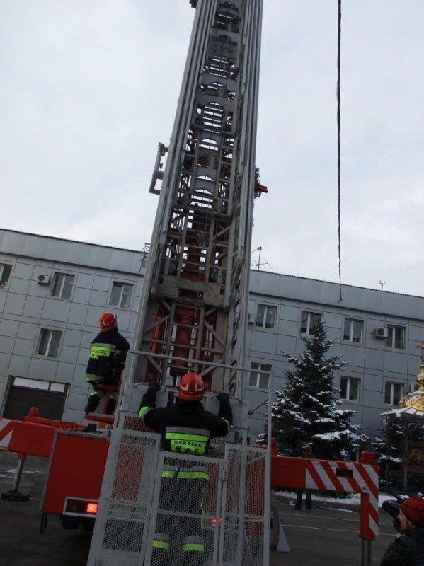 Донецкие пожарные получили шанс успешно тушить пожары на верхних этажах городских небоскребов . Купили лестницу и комплектующие для перил, фото-1
