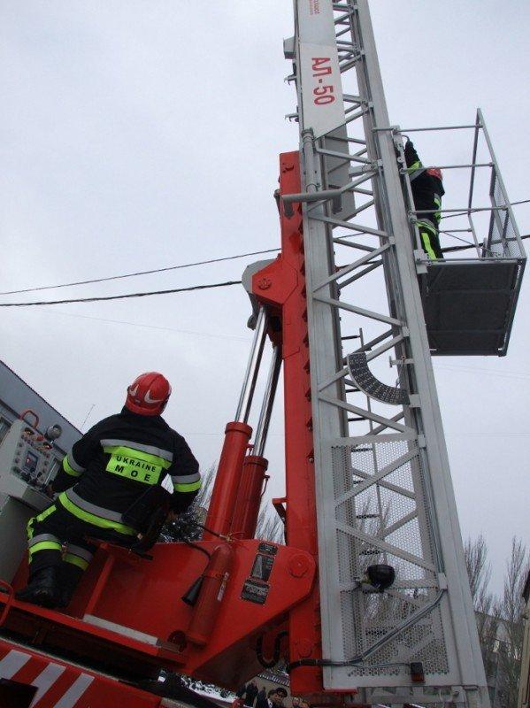 Донецкие пожарные получили шанс успешно тушить пожары на верхних этажах городских небоскребов . Купили лестницу и комплектующие для перил, фото-5