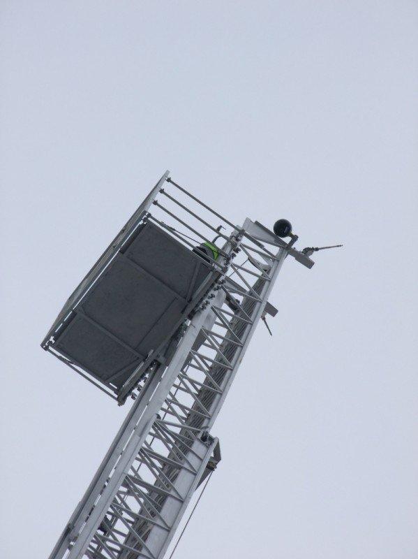 Донецкие пожарные получили шанс успешно тушить пожары на верхних этажах городских небоскребов . Купили лестницу и комплектующие для перил, фото-4