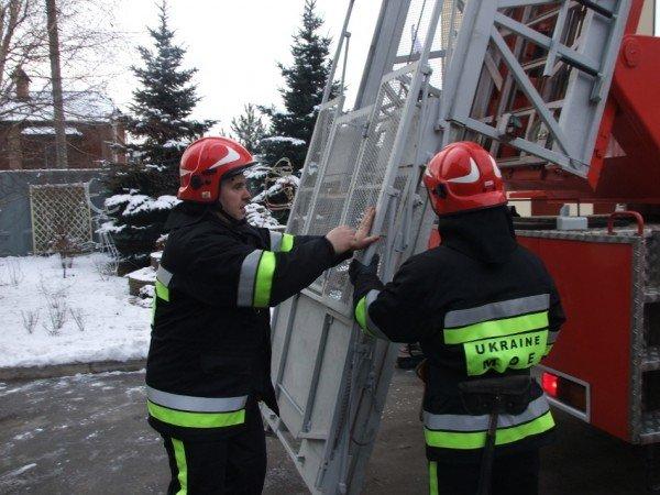 Донецкие пожарные получили шанс успешно тушить пожары на верхних этажах городских небоскребов . Купили лестницу и комплектующие для перил, фото-3