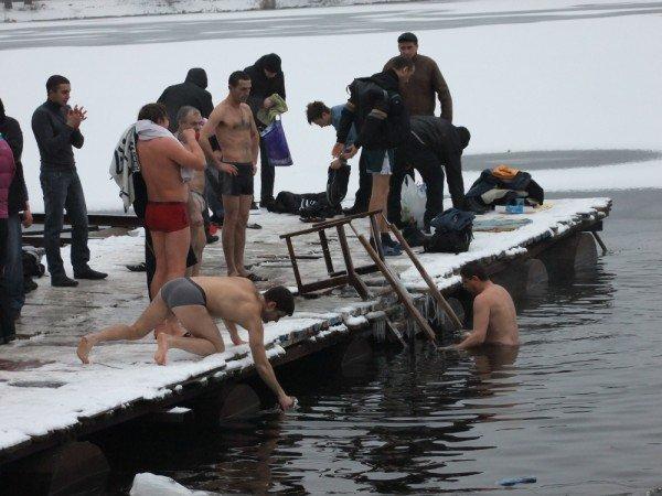 Дончане устроили массовое купание в ледяной крещенской купели (фото), фото-4