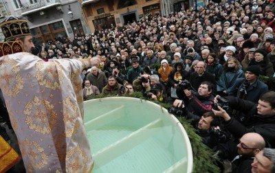 У центрі Львова для громади міста освятили дві тонни води, фото-2