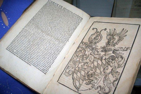 Симферопольской библиотеке передали книгу, которой более четырехсот лет (фото), фото-1