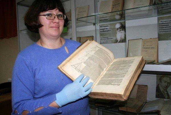Симферопольской библиотеке передали книгу, которой более четырехсот лет (фото), фото-2