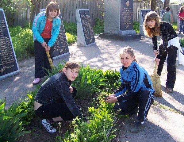 В Запорожской области «тимуровцы» копают огороды, обрезают ветки и всячески помогают пенсионерам (ФОТО), фото-1