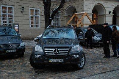 Авто із донецькими та київськими номерами припаркувались в центрі Львова. Без жодного погодження, фото-3