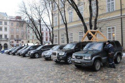 Авто із донецькими та київськими номерами припаркувались в центрі Львова. Без жодного погодження, фото-1