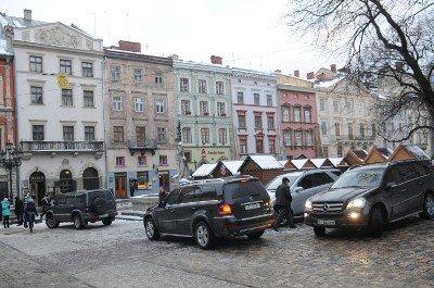 Авто із донецькими та київськими номерами припаркувались в центрі Львова. Без жодного погодження, фото-4