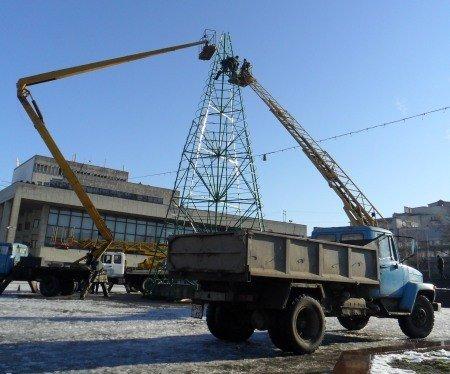 В Симферополе разбирают главную новогоднюю елку Крыма (фото), фото-1