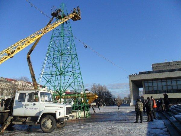 В Симферополе разбирают главную новогоднюю елку Крыма (фото), фото-2