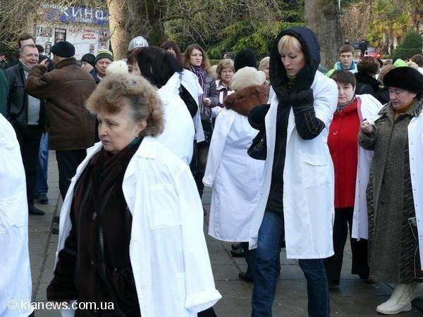 В Ялте медики устроили пикет, а депутаты отменили реорганизацию Алупкинской больницы (ФОТО), фото-1