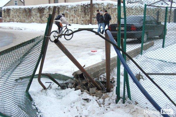 У Луцьку авто протаранило огорожу дитсадка (ФОТО), фото-4