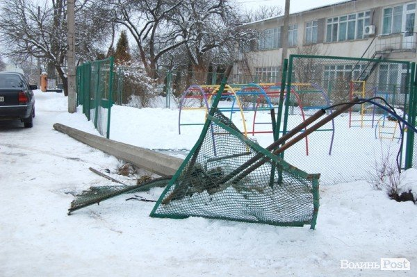 У Луцьку авто протаранило огорожу дитсадка (ФОТО), фото-5