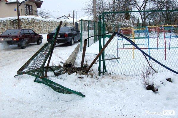 У Луцьку авто протаранило огорожу дитсадка (ФОТО), фото-8