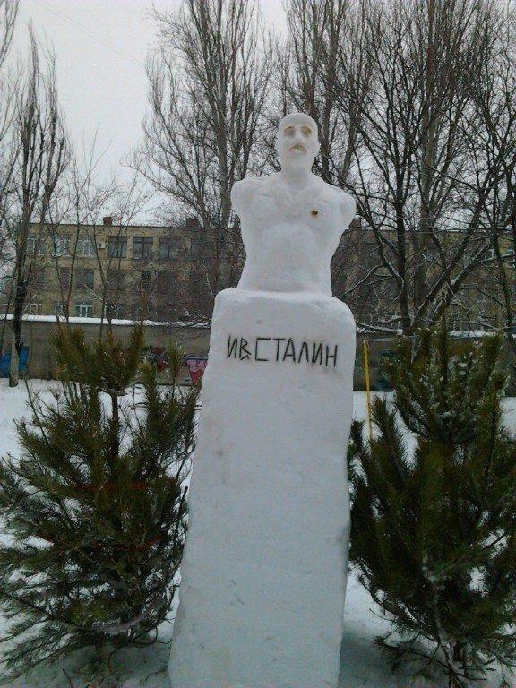 ФОТОФАКТ: Запорожские коммунисты открыли еще один памятник Сталину... из снега, фото-1