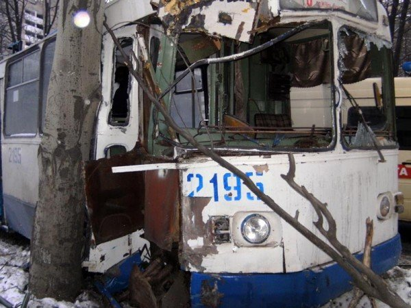 В центре Донецка троллейбус врезался в дерево (фото), фото-5