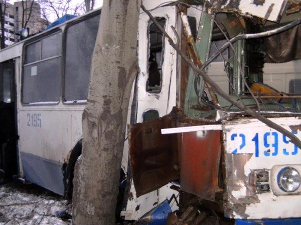 В центре Донецка троллейбус врезался в дерево (фото), фото-4