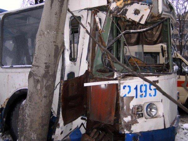 В центре Донецка троллейбус врезался в дерево (фото), фото-3