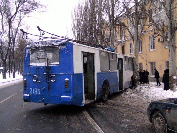 В центре Донецка троллейбус врезался в дерево (фото), фото-2