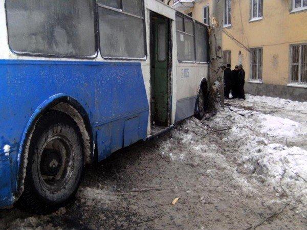 В центре Донецка троллейбус врезался в дерево (фото), фото-1