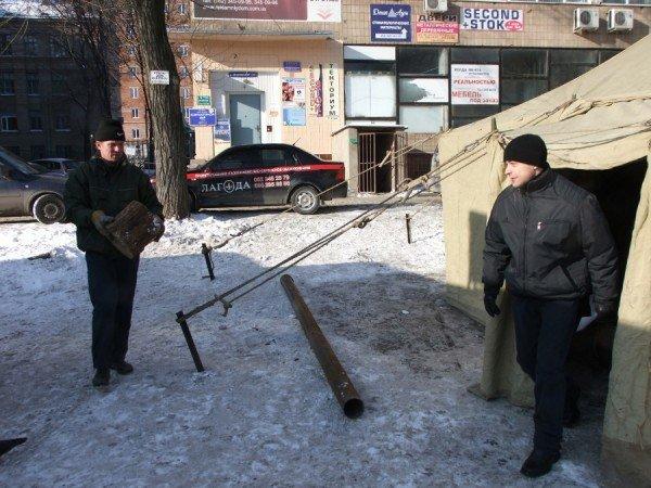 Донецкие бомжи смогут  отогреться  от лютых морозов в палатках МЧС (фото), фото-1