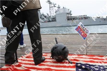Американский крейсер в Севастополе встретили акцией протеста (фото), фото-1